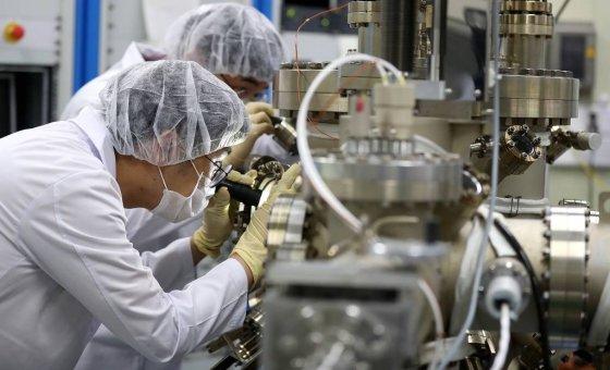 19일 오전 서울 성북구 한국과학기술연구원에서 연구원들이 차세대 반도체 연구를 하고 있다. 2019.07.19.   /사진=뉴시스