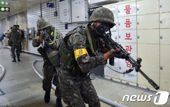 지난 2015년 8월 19일 서울의 한 지하철역에서 한국군이 한미연합훈련인 을지프리덤가디언 대테러 훈련 참여하고 있다. © AFP=뉴스1