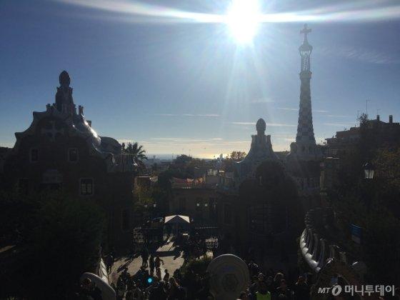 스페인 바르셀로나 여행에서 가장 좋았던, 가우디의 작품 구엘공원. 그 곳도 마냥 좋았지만, 조금이나마 더 편한 길을 안내해줬던 스페인 시민 한 명이 더 기억에 남는다./사진=남형도 기자