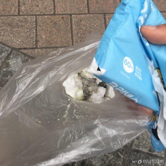 명동 한복판에 떨어져 있던 아이스크림을 휴지에 감싸서 비닐봉지에 넣어 치웠다. 거리가 깨끗해졌다. 사람들이 편히 다녔다. 내가 직접 나서서 치운 건 처음이었다. 기분이 꽤 괜찮았다./사진=남형도 기자