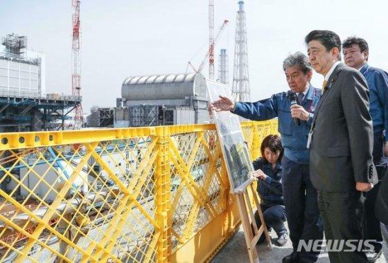 지난 4월 아베 신조 일본 총리가 14일 일본 후쿠시마현 오쿠마의 후쿠시마 제1원전을 방문해 재건 현황 등을 살피는 모습. /사진=뉴시스