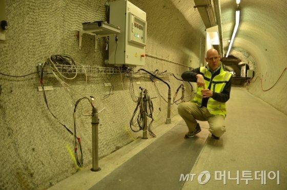 스위스 베른주 구타넨에 위치한 사용후핵연료 지하연구시설 그림젤연구소에서 한 연구원이 사용후핵연료 처분용기 캐니스터 소재부식 실험에 대해 설명하고 있다./사진=유영호 기자 yhryu@