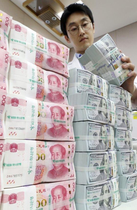 미국 재무부가 '1달러=7위안' 벽이 무너지면서 중국을 환율조작국으로 지정한 가운데 6일 서울 중구 KEB 하나은행 위변조대응센터에서 직원이 달러화와 위안화 지폐를 점검하고 있다. / 사진=이기범 기자 leekb@