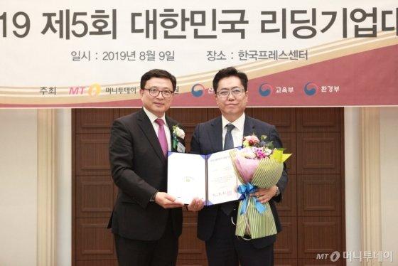 김낙경 이노에버솔루션 대표(사진 오른쪽)가 'ICT대상'을 수상하고 이종섭 동국대학교 교수와 기념 촬영 중이다/사진=중기협력팀 오지훈 기자<br />