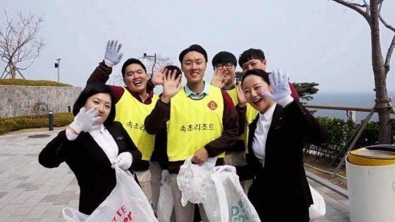 롯데리조트가 전 지점 임직원이 참여하는 '플로깅데이 캠페인'을 진행하는 모습. /사진=롯데리조트