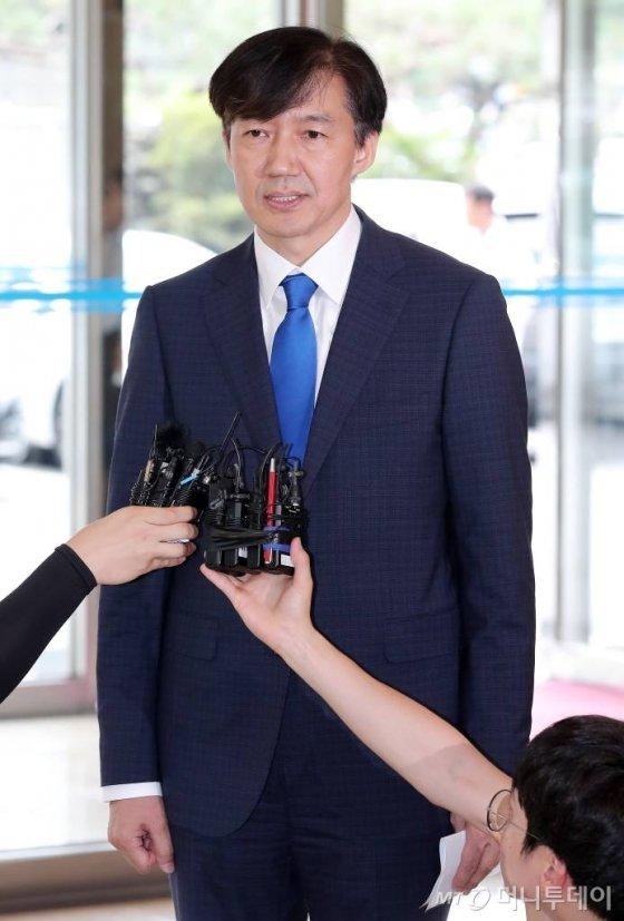 법무부 장관 후보자 조국 전 청와대 민정수석이 9일 오후 인사청문회 준비 사무실이 마련된 서울 종로구 적선동 현대빌딩 로비에서 소감을 밝히고 있다. / 사진=김창현 기자 chmt@