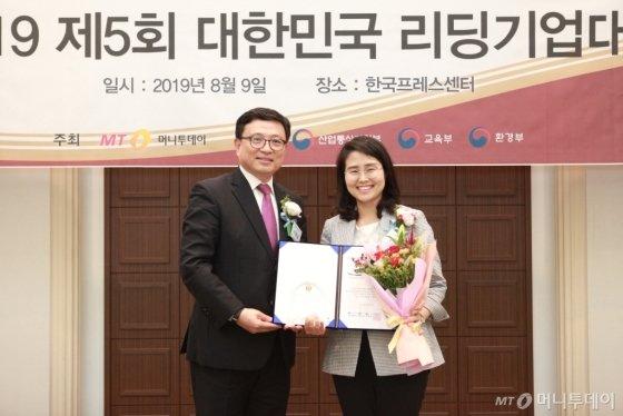 한지영 오토위니 대표(사진 오른쪽)가 '서비스혁신대상'을 받고 이종섭 동국대학교 교수와 기념 촬영을 중이다/사진=중기협력팀 오지훈 기자