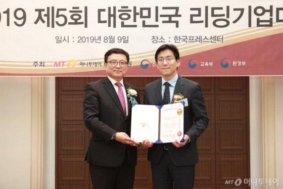 남성태 집펀드 대표(사진 오른쪽)가 '서비스혁신대상'을 받고 이종섭 동국대학교 교수와 기념사진을 찍고 있다/사진=중기협력팀 오지훈 기자