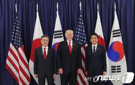 문재인 대통령(왼쪽부터)과 도널드 트럼프 미국 대통령, 아베 신조 일본 총리
