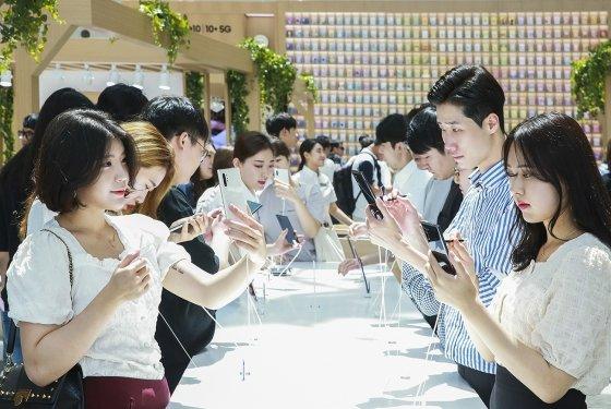 서울 영등포 타임스퀘어에 마련된 갤럭시 스튜디오에서 방문객들이 '갤럭시노트10'을 체험하고 있다. /사진제공=삼성전자.
