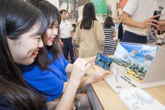 서울 종로구 익선동에 마련된 갤럭시 스튜디오에서 방문객들이 '갤럭시노트10'을 체험하고 있다. /사진제공=삼성전자.