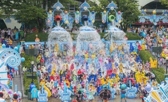에버랜드 초대형 워터쇼 슈팅워터펀을 즐기는 관객들의 모습. /사진=에버랜드