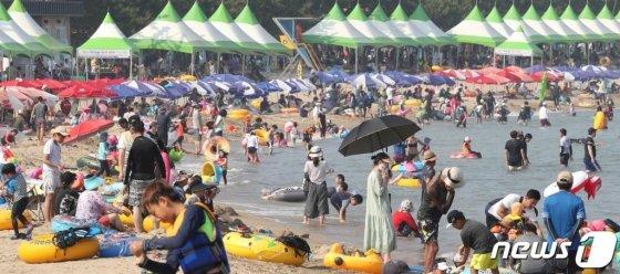 지난 4일 오후 울산시 울주군 진하해수욕장이 더위를 식히려는 피서객들로 북적이고 있다. /사진=뉴스1