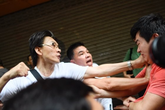 11일(현지시간) 흰옷을 입은 친중국 성향의 사람들이 반정부 시위 참가자를 주먹으로 때리려 하고 있다. /사진=AFP통신