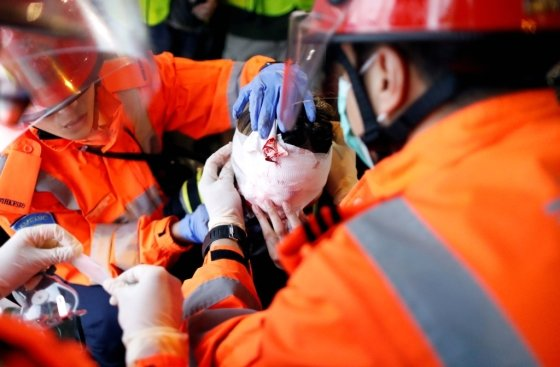 11일(현지시간) 홍콩 경찰이 쏜 탄환에 눈을 맞은 한 여성 시위 참가자가 구급대원으로부터 치료를 받고 있다. /사진=로이터