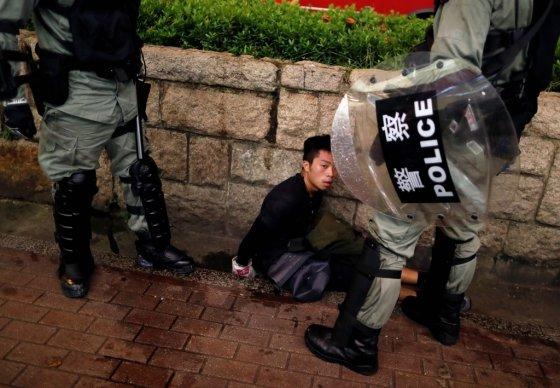 11일(현지시간) 홍콩 경찰에 붙잡힌 한 시위대. /사진=로이터통신