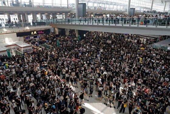 12일 홍콩 국제공항에서 진행된 대규모 시위. /사진=로이터