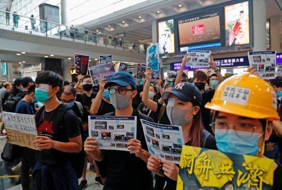 12일 홍콩 국제공항에서 진행된 반정부 시위에서 전날 경찰이 쏜 총탄에 시위 참가자가 실명한 사건에 항의하는 의미로 한쪽 눈을 가리고 참가한 시민들. /사진=로이터통신