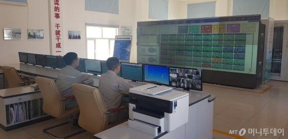 지난 8일(현지시간) 중국 네이멍구 새한패 발전소 원격제어센터에서 직원들이 풍력발전기 가동 상황을 지켜보고 있다. /사진=최우영 기자