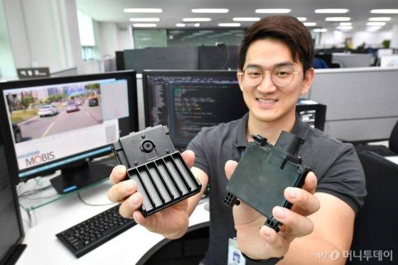 현대모비스가 독자 개발한 상용차용 센서(카메라(좌), 레이더(우)). /사진제공=현대모비스
