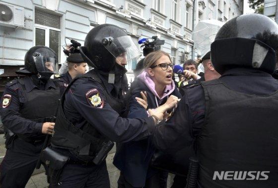 러시아 당국이 3일(현지시간) 모스크바에서 공정 선거 촉구 시위를 벌이던 야권 인사 류보피 소볼을 연행하고 있다. 2019.08.04 모스크바=AP/뉴시스