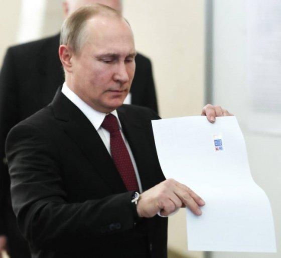 블라디미르 푸틴 러시아 대통령이 18일(현지시간) 모스크바에서 대통령 선거 투표용지를 투표함에 넣고 있다. 2018.3.18 모스크바=AP/뉴시스