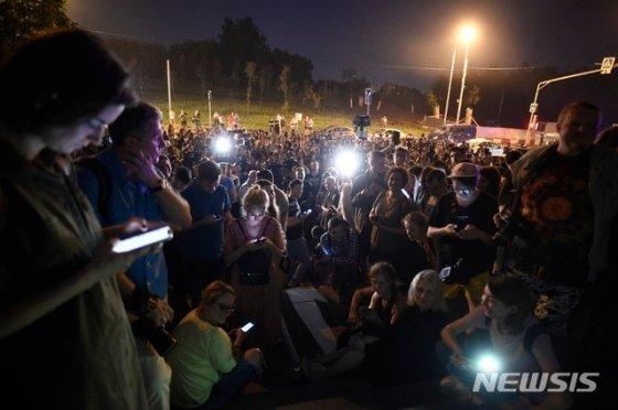 러시아 기자들이 모스크바 법원 앞에서 6월 8일(현지시간) 정부와 유력기관의 부패를 적극적으로 파헤쳐 보도해온 독립적 웹사이트 '메두사'의 유명 언론인 이반 골루노프의 체포에 항의하고 있다. 2019.06.08. 모스크바=AP/뉴시스