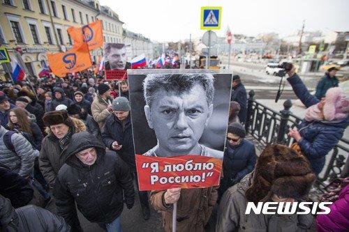 러시아 모스크바 중심가에서 25일(현지시간) 암살당한 야당 지도자 보리스 넴초프의 3주기를 추모하는 대규모 시위행진이 펼쳐졌다. 수천 명의 시위대는 이날 2015년 2월7일 크렘린궁 인근 다리를 지나다가 피격, 살해당한 넴초프를 추모하는 가두행진을 벌였다. 모스크바 경찰은 시위 참여 인원을 4500명 정도로 추산했다. 시위대는 선두에 '(넴초프의 몸에 박힌) 총탄은 우리 모두의 가슴에 있다'는 등의 구호를 적은 플래카드를 들고 나섰다. 2018.02.26./사진=뉴시스