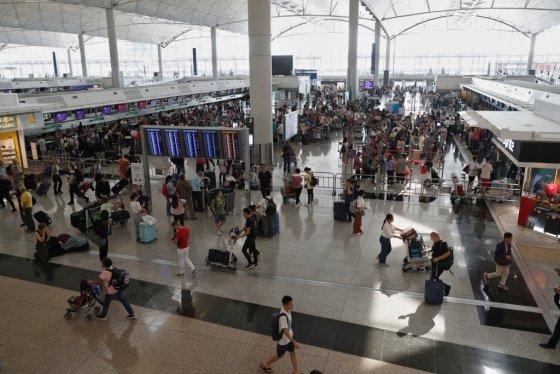 항공편 결항으로 붐비는 홍콩 국제공항의 모습. /사진=로이터