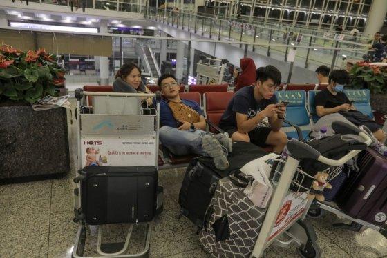비행 일정이 언제 재개될 지 알 수 없어 공항에 체류 중인 승객들. /사진=AFP