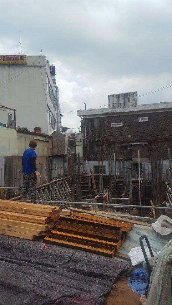 오래된 주택을 허물고 다시 짓고 있는 신길6구역 내 공사현장 모습. /사진=송선옥 기자