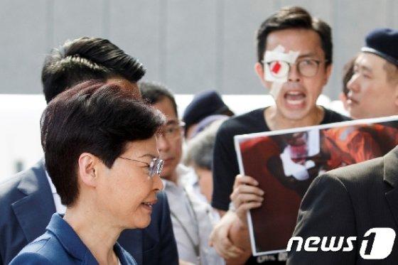 [사진] 람 홍콩 행정장관에게 항의하는 안대붙인 시민