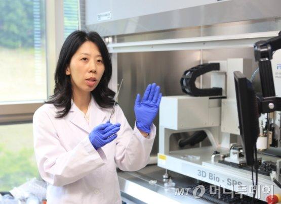 한국기계연구원 나노자연모사연구실 박수아 책임연구원이 차세대 생분해성 폴리머 스텐트 제작과정에 대해 설명하고 있다./사진제공=한국기계연구원
