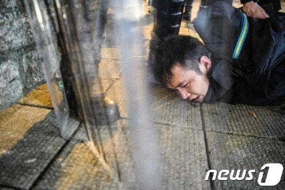 지난 11일(현지시간) 범죄인 인도법(송환법) 완전 철폐 등을 요구하는 홍콩 시위대가 진압경찰에게 체포되고 있다. © AFP=뉴스1 © News1 우동명 기자