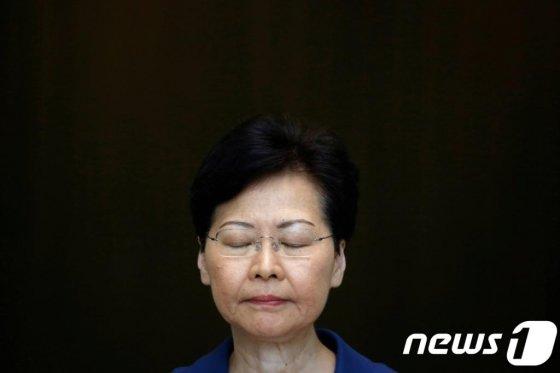 (홍콩 로이터=뉴스1) 우동명 기자 = 캐리 람 홍콩 행정장관이 13일 (현지시간) 홍콩에서 시위대의 폭력이 홍콩을 되돌이킬 수 없는 길로 내몰고 있다고 비난하는 기자회견을 하고 있다.   © 로이터=뉴스1  <저작권자 © 뉴스1코리아, 무단전재 및 재배포 금지>