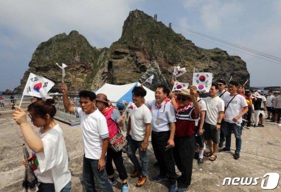 지난 10일 오후 경상북도 울릉군 독도를 찾은 관광객들이 태극기를 흔들며 배에 오르고 있다. /사진=뉴스1