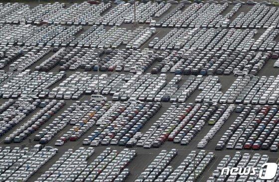 현대자동차 울산공장에 완성차들 놓인 모습. /사진=뉴스1