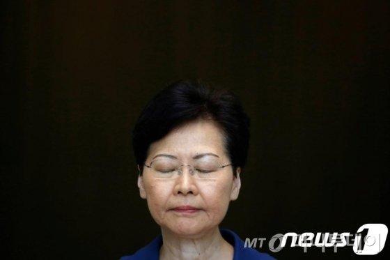 캐리 람 홍콩 행정장관이 13일 (현지시간) 홍콩에서 시위대의 폭력이 홍콩을 되돌이킬 수 없는 길로 내몰고 있다고 비난하는 기자회견을 하고 있다. © 로이터=뉴스1