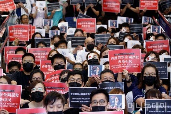 홍콩 퀸엘리자베스병원에서 의료진이 시위대에 대한 경찰의 과격 진압에 항의하며 농성을 벌이고 있다. 플래카드에는 '홍콩경찰이 홍콩시민들을 살해하려 한다'는 내용이 적혀 있다. /사진=로이터
