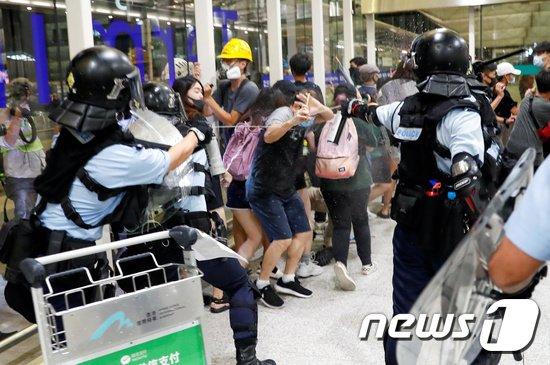 13일(현지시간) 홍콩 국제공항에서 경찰과 시위대 충돌했다. © 로이터=뉴스1