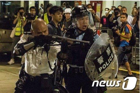 지난달 30일 한 홍콩 경찰이 시위대에 샷건을 겨누고 있다 © AFP=뉴스1