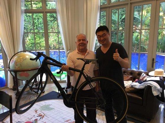 스탠다드그래핀이 만든 '그래핀 자전거'를 들고 있는 세계적인 투자가 짐 로저스 회장(왼쪽)과 이정훈 스탠다드그래핀 대표
