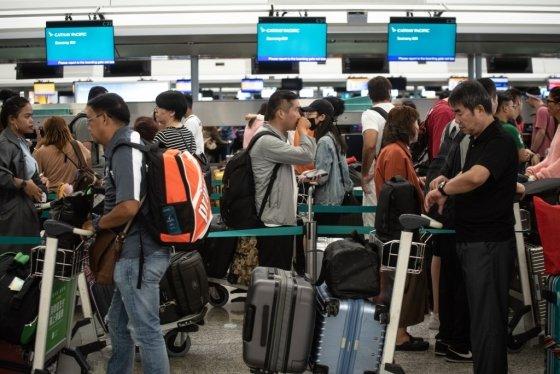 14일 운행이 재개된 홍콩 국제공항에서 승객들이 체크인 수속을 밟기 위해 줄을 서 있다. /사진=AFP