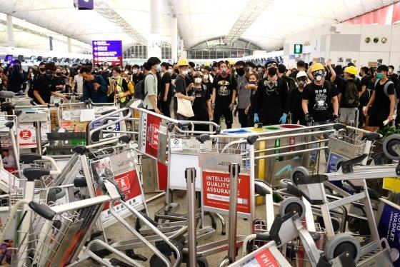 13일(현지시간) 홍콩국제공항에서 시위대가 경찰의 진입을 막기 위해 바리케이드를 쌓고 있다. /사진=AFP