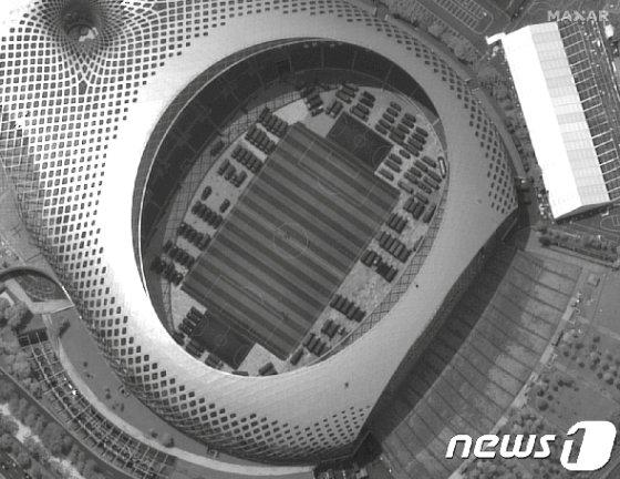 12일 중국 광둥성 선전 시내 상공에서 촬영된 위성사진 일부. 선전스포츠센터 내 중국 군 소유로 추정되는 차량이 보인다. /사진=로이터=뉴스1