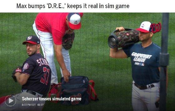슈어저(좌)의 14일 연습 투구 때 산체스(우)가 등장음악을 틀어주고 있다. /사진=MLB.com 캡처