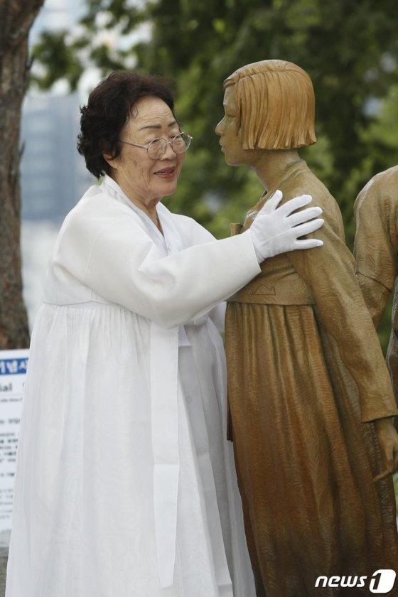 14일 오후 서울 중구 남산회현자락 옛 조선신궁터 부근에서 열린 3·1운동 100주년 기념 일본군 '위안부' 피해자 기림의 날 기념행사에서  위안부 피해자 이용수 할머니가 기림비 동상을 어루만지고 있다. 이 동상은 지난 2017년 미국 대도시 최초로 위안부 기림비가 세워지며 일본군 위안부 문제를 알린 샌프란시스코의 교민들이 자발적으로 뜻을 모아 제작해 서울시에 기증한 것이다. /사진=뉴스1