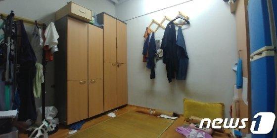 지난 9일 휴식 중 숨진 서울대학교 청소노동자 A씨가 사용하던 휴게실 내부. 지하 1층 계단 밑에 위치한 비좁은 휴게실은 퀴퀴한 곰팡이 냄새로 가득했고 열기와 습기가 가득했다. /김도용기자 ©뉴스1