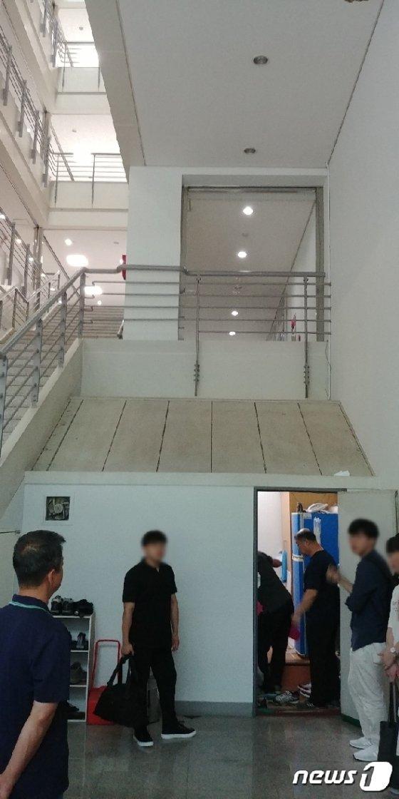 지난 9일 휴식 중 숨진 서울대학교 청소노동자 A씨가 사용하던 휴게실에는 작은 환풍기만이 있었다. © 뉴스1
