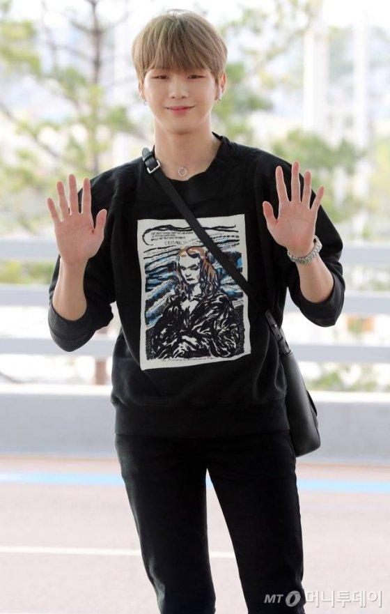 가수 강다니엘이 싱가포르에서 열리는 팬미팅을 위해 14일 오후 인천국제공항을 통해 출국하고 있다. / 사진=임성균 기자 tjdrbs23@